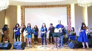 Penyanyi-penyanyi dari El Shaddai Ministry Menyanyikan kidung-kidung pujian dan penyembahan
