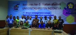 Para pimpinan IKA UKI yang lama berfoto dengan jurnalis