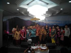 Para pengurus Persekutuan Doa Makasar sedang berfoto bersama.