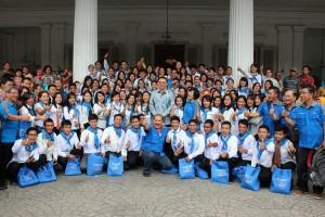 Para pengurus dan guru didikan Lembaga Indonesia Cerdas berfoto bersama Gubernur DKI Jakarta