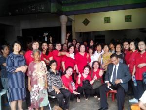 """Para Pengurus Punguan Wanita """"Lidya"""" HKBP Menteng, Jakarta bersama Pdt. Paul Sihombing berfoto bersama para Pemulung di Tanah Tinggi, Jakarta"""