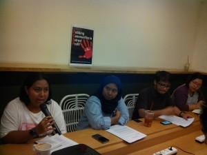 Para aktifis Koalisi Masyarakat untuk Keadilan Ekonomi menyampaikan konferensi pers