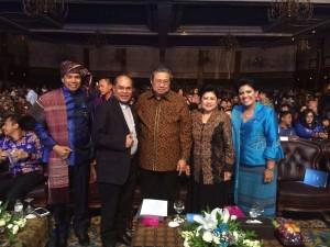 Pdt. Dr. Nus Reimas berfoto bersama SBY
