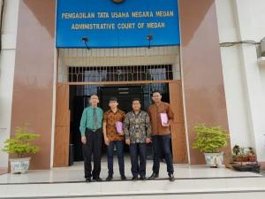 Ketua Umum YPDT (dua dari kanan) didampingi oleh Tim Litigasi YPDT (dari kiri ke kanan) Robert Paruhum Siahaan-Deka Saputra Saragih-Denny Aliandu